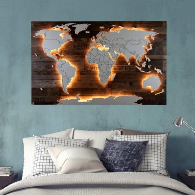 """Weltkarte """"Amundsen"""" von merk!echt als Wandbild über dem Bett. Ein echtes Highlight, das dank LED-Beleuchtung für eine schöne Stimmung sorgt."""